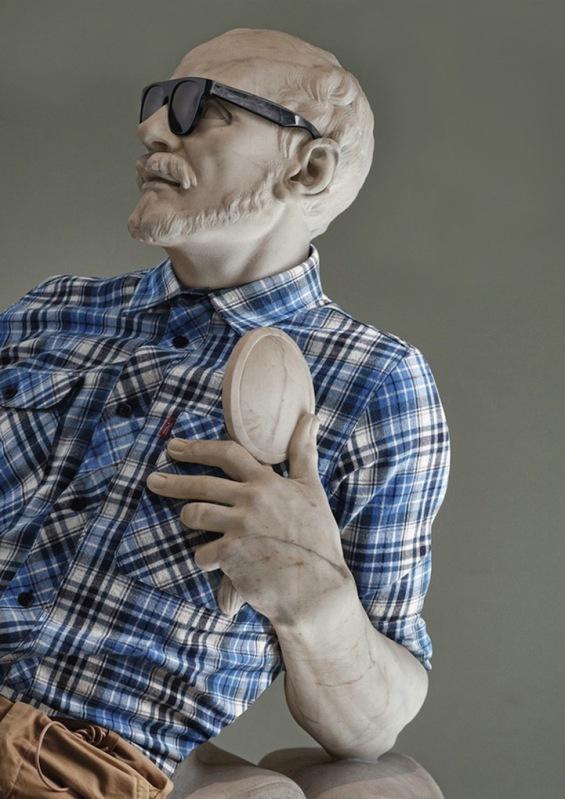 Скулптури облечени според последните трендови
