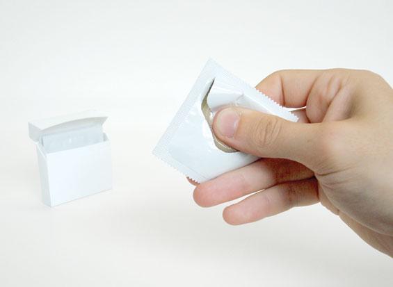 Кондом кој се отвора само со една рака