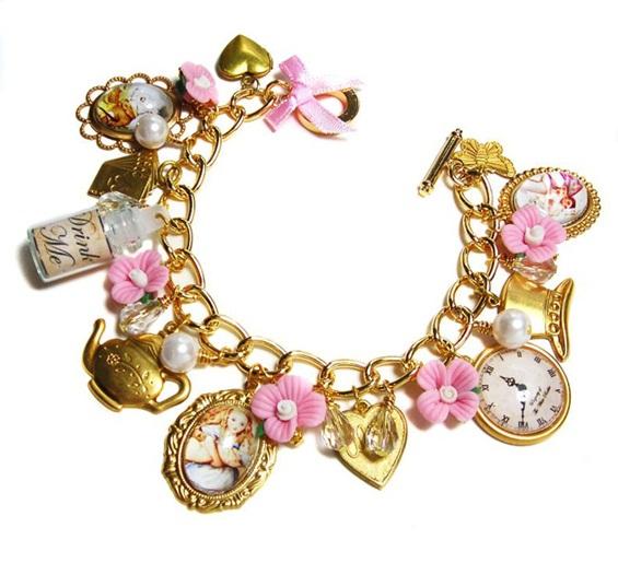 Накит инспириран од Алиса во земјата на чудата