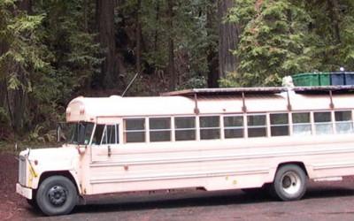 Школски автобус претворен во движечки дом