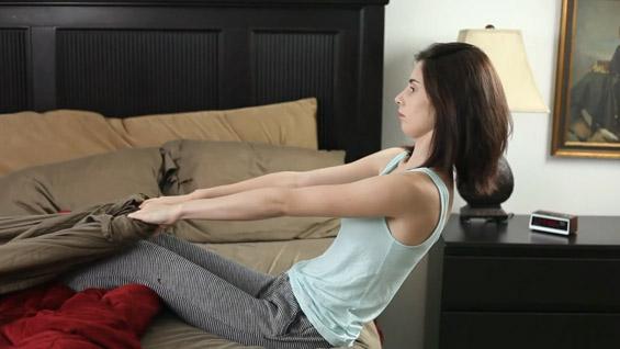 5 вежби кои можете да ги правите додека лежите во кревет
