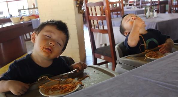 Двегодишни близначиња заспиваат јадејќи шпагети со болоњезе сос