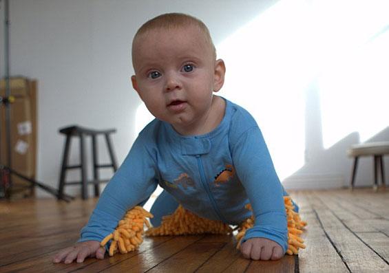 Како бебето да ви помогне околу чистењето на подот?