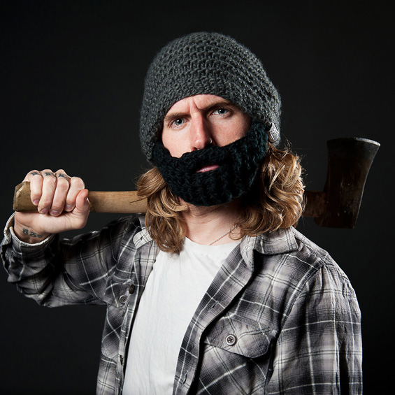 Зимска капа со вградена плетена брада