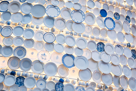 Порцеланска елка направена од 5.000 чинии