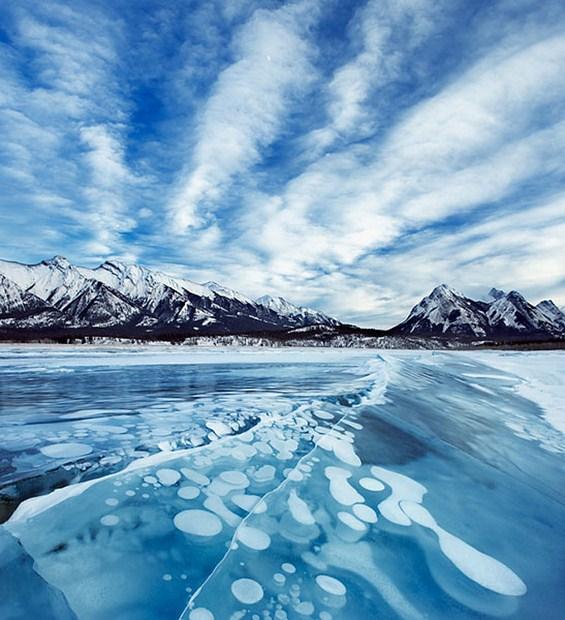Неверојатен феномен: замрзнати меури во езеро