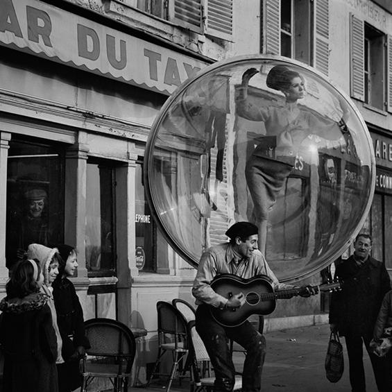 Безвремен моден едиторијал низ улиците на Париз