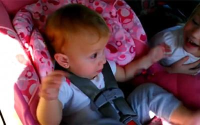 Бебе се буди ко од пушка за да заигра на својата омилена песна