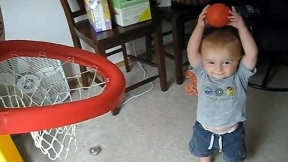 2-годишно дете со неверојатни кошаркарски способности