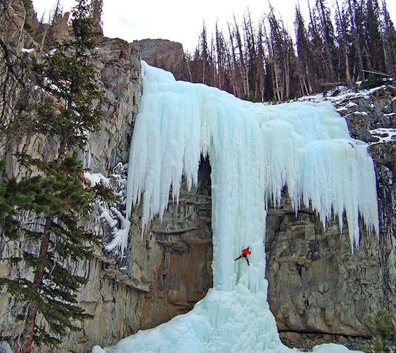 Величествени замрзнати водопади