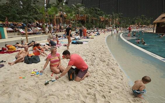 Луксузен ресорт со песочни плажи, палми и базени, сместен во огромен германски хангар опкружен со снег
