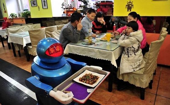 Кинески ресторан во кој ве услужуваат роботи