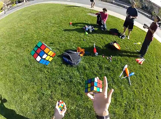 Решава три рубикови коцки истовремено додека жонглира со нив