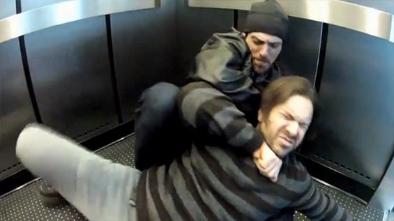 Што би направиле ако наидете на убиство во лифт?