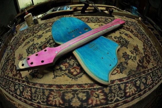 Стари скироли претворени во електрични гитари