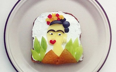 Артистка рекреира познати уметнички слики на тост лепчиња