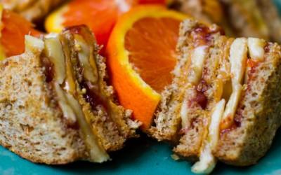 Вкусен клуб сендвич со путер од кикирики, џем и банана