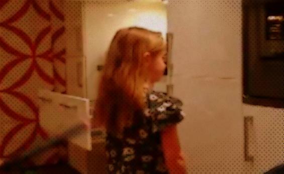 Како татко ја спрема својата ќерка за на училиште?