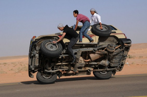 Лудо хоби во Саудиска Арабија возење автомобил на 2 тркала