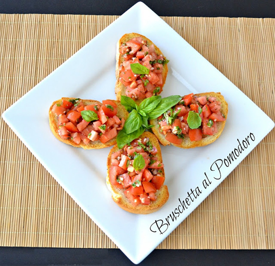 Превкусни брускети со домати и босилек