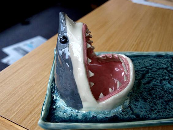 (4) Соочете се со стравот од ајкула - заедно вечерајте суши :)