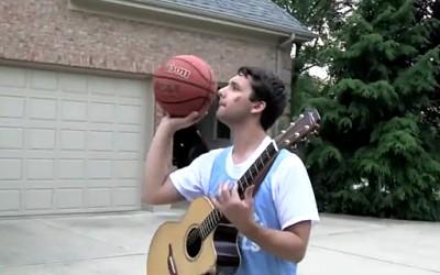 Уникатен талент – забива кошови додека свири на гитара