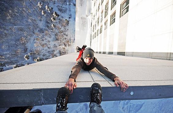 Момче виси од врв на висококатница во Украина. Фотографија на Кирил Опех