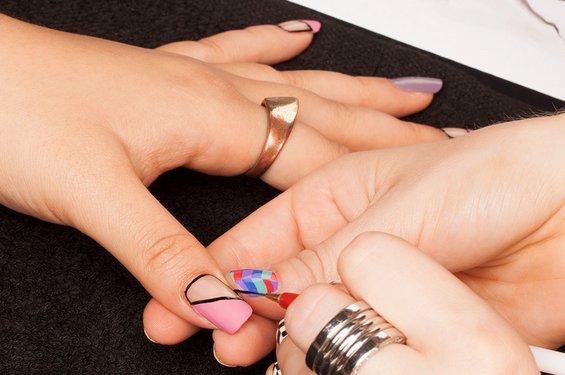 """""""Засечени нокти"""" - лесен маникир во 4 чекори"""