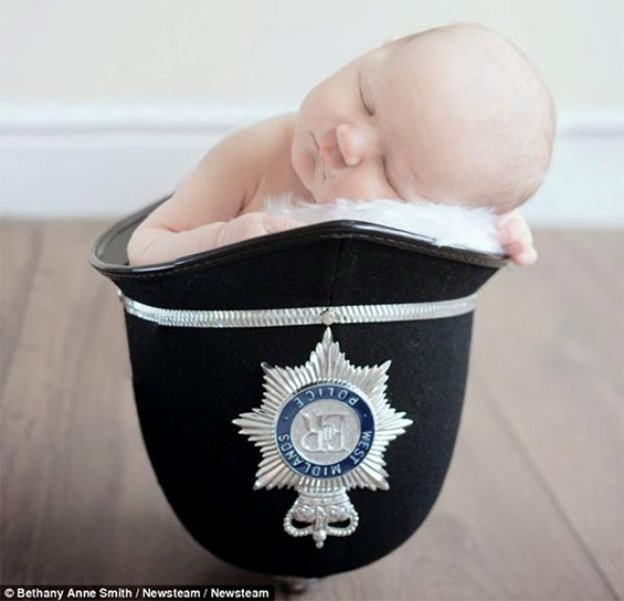 4-дневно бебе спие во полицискиот шлем на нејзиниот татко