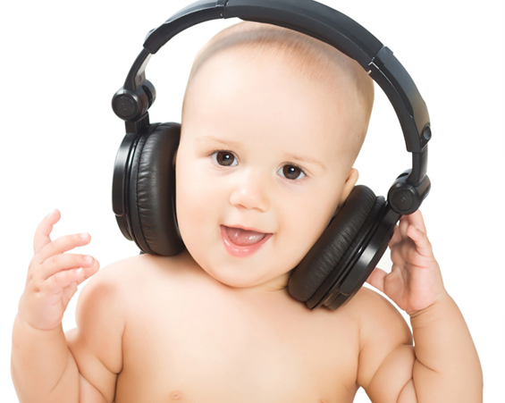 """Бебиња ја пеат """" We will rock you"""" од Queen"""