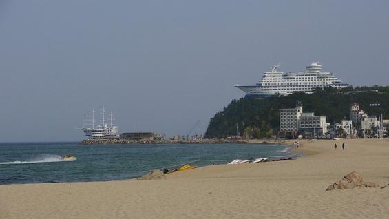 (1) Што бара огромен брод за крстарење на врв од брдо?