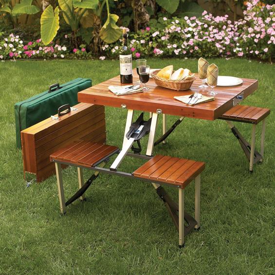Компактно куферче кое се расклопува во маса за пикник