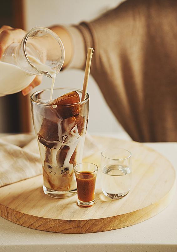 Ледени коцки кафе потопени во млеко