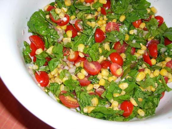 Летна салата со домати, пченка и рукола