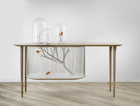 Масичка и кафез за птици споени во елегантен дизајн