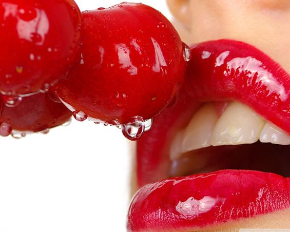 Совршени сочни црвени усни во боја на цреша