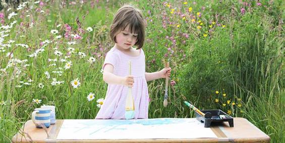 Тригодишно девојче со аутизам воодушевува со своите слики