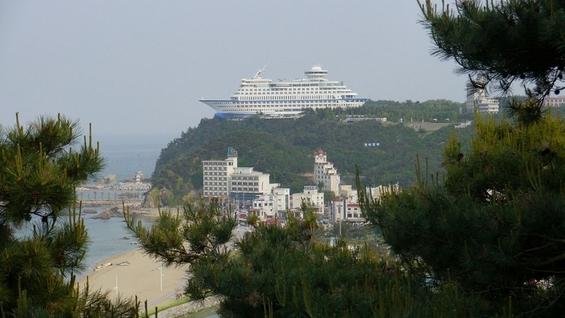 (2) Што бара огромен брод за крстарење на врв од брдо?