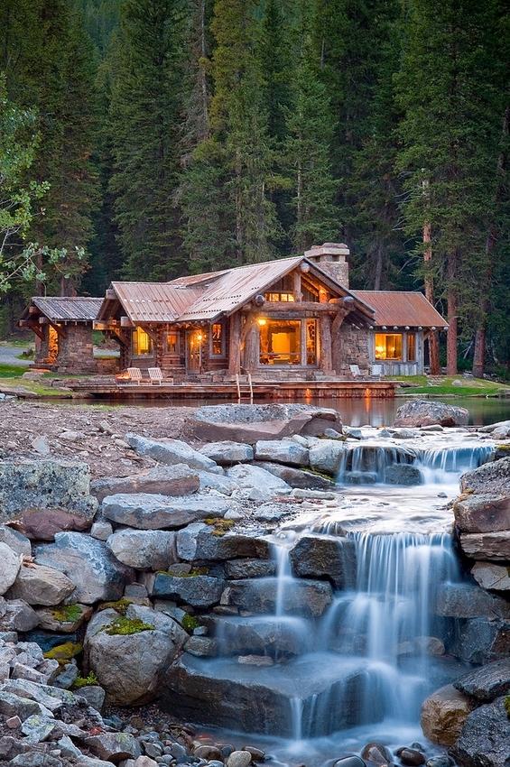 Прекрасна викендичка со приватно езерце и водопад
