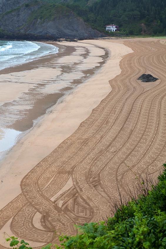 Трактор кој црта по песочни плажи