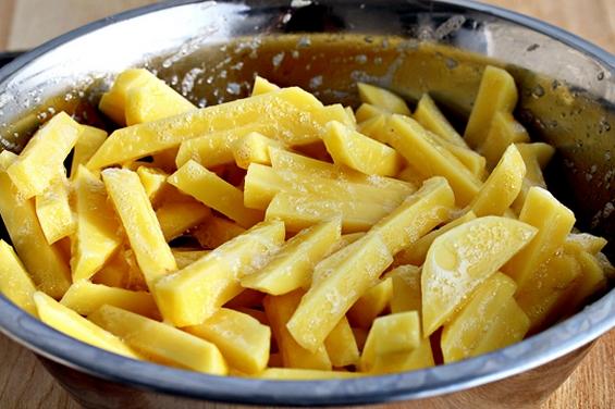 Крцкав зачинет помфрит направен во рерна