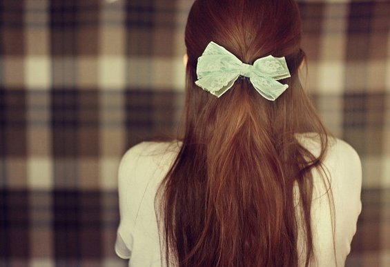 Слатки и женствени фризури со машнички