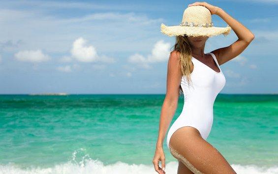 15 работи што секоја девојка треба да ги понесе со себе на летен одмор