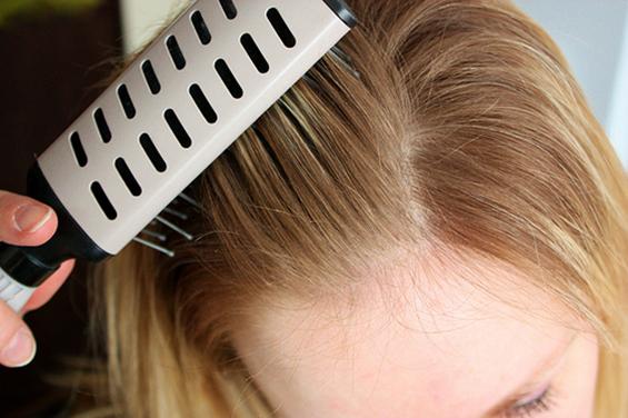 Како да си направите сув шампон за светла и за темна коса?