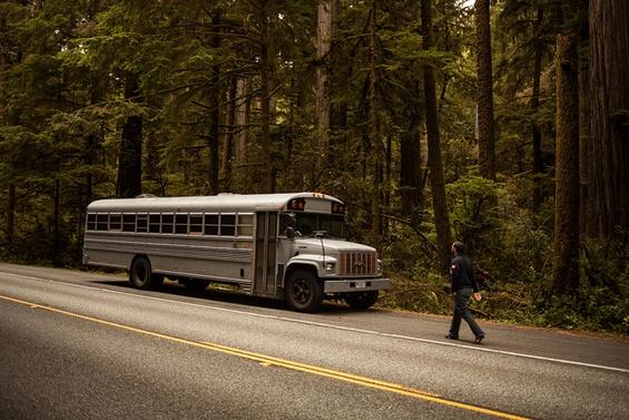 Студент по архитектура претворил стар автобус во удобен дом