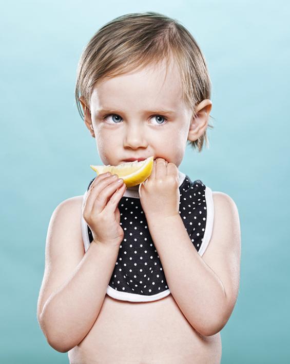 Фотографии од мали деца кои првпат пробуваат лимон