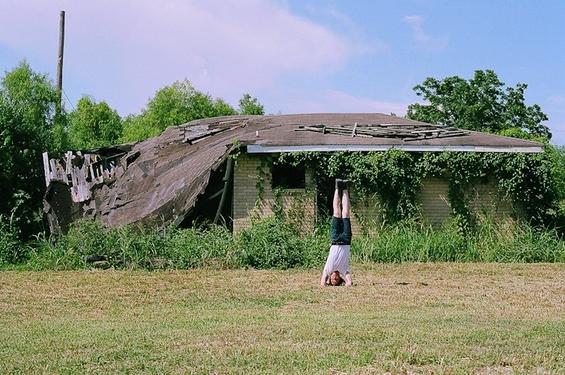 Маж патува околу светот за да се фотографира стоејќи на глава