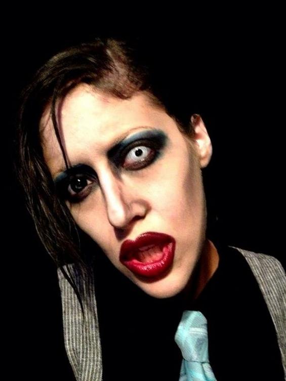 Талентирана шминкерка се трансформира себеси во познати личности