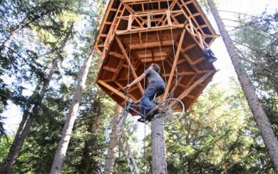 Генијалец направил лифт за куќичка на дрво со помош на велосипед
