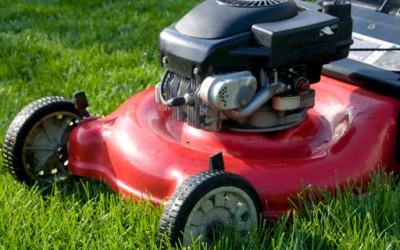 Како да си ја искосите тревата со обична косилика без да мрднете со прст?